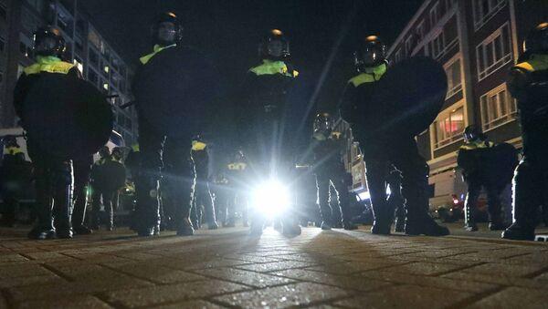 La policía de Róterdam frente del consulado general de Turquía - Sputnik Mundo