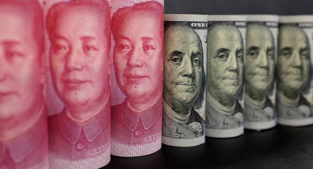 Yuanes chinos y dólares estadounidenses
