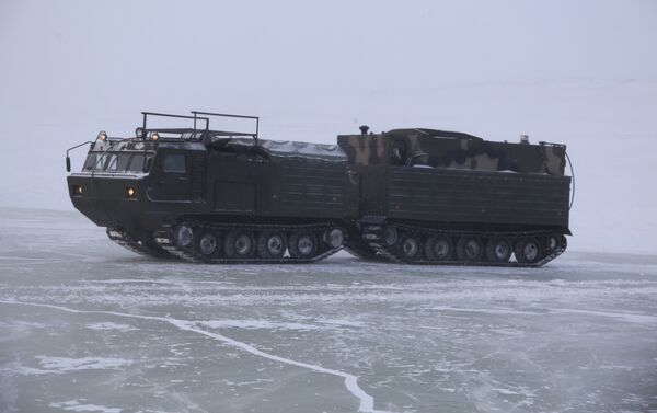 Vehículos militares rusos cruzan el mar de Láptev - Sputnik Mundo