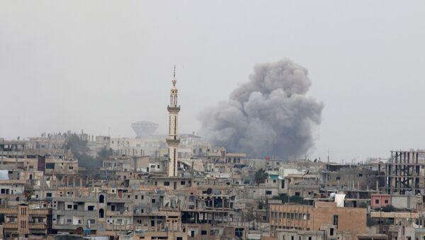 Smoke rises after strikes on rebel-held Deraa city, Syria - Sputnik Mundo