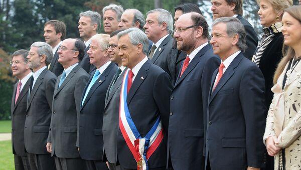 Sebastián Piñera junto a su gabinete en 2010 - Sputnik Mundo