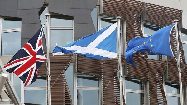 Banderas de Reino Unido, Escocia y UE - Sputnik Mundo