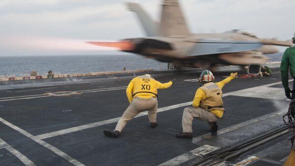 Un avión militar estadounidense despega desde el portaviones USS Carl Vinson (archivo) - Sputnik Mundo