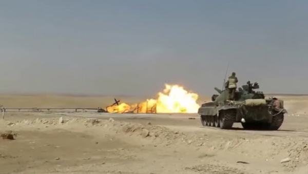 Un tanque T-62 ayuda a extinguir las llamas de un pozo de gas en Siria (archivo) - Sputnik Mundo