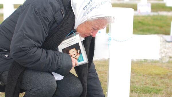 Nora Cortiñas coloca un cartel en una tumba de un soldado desconocido en el Cementerio de Darwin - Sputnik Mundo