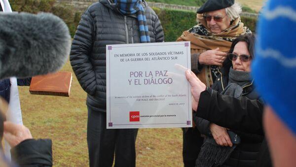 Placa pidiendo diálogo y entendimiento con los isleños depositada por la comitiva argentina en Malvinas en el Cementerio de San Carlos, donde yacen los soldados británicos de la guerra de 1982 - Sputnik Mundo