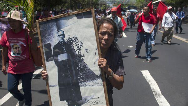 Mujer con un retrato de Oscar Arnulfo Romero (archivo) - Sputnik Mundo
