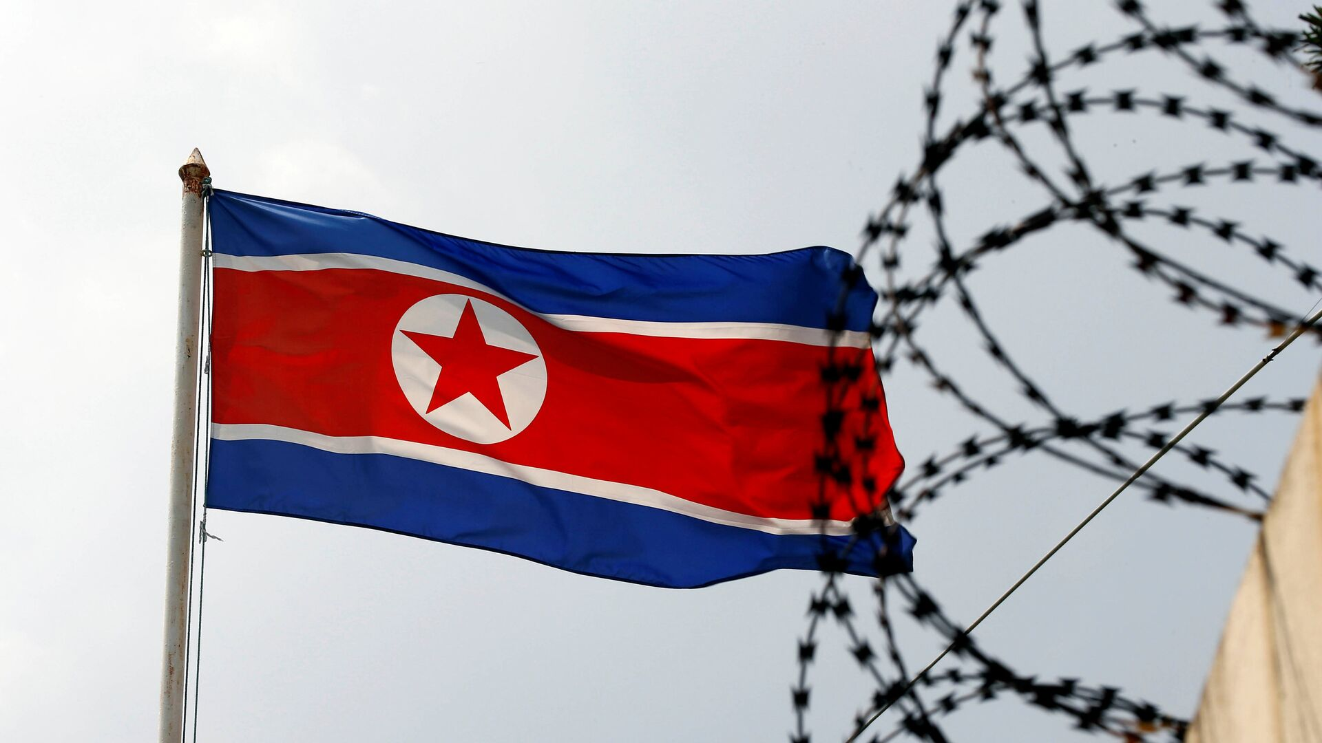 The North Korea flag flutters next to concertina wire at the North Korean embassy in Kuala Lumpur, Malaysia March 9, 2017 - Sputnik Mundo, 1920, 19.04.2021