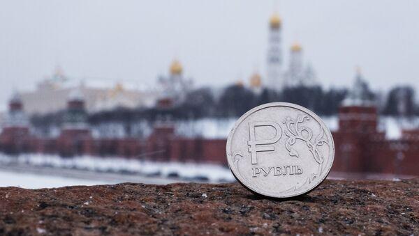 Rublo ruso con la vista del Kremlin de Moscú - Sputnik Mundo