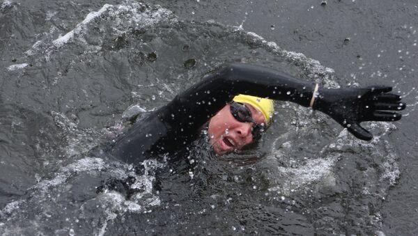 El excombatiente Sergio Corani llega nadando a las Islas Malvinas - Sputnik Mundo