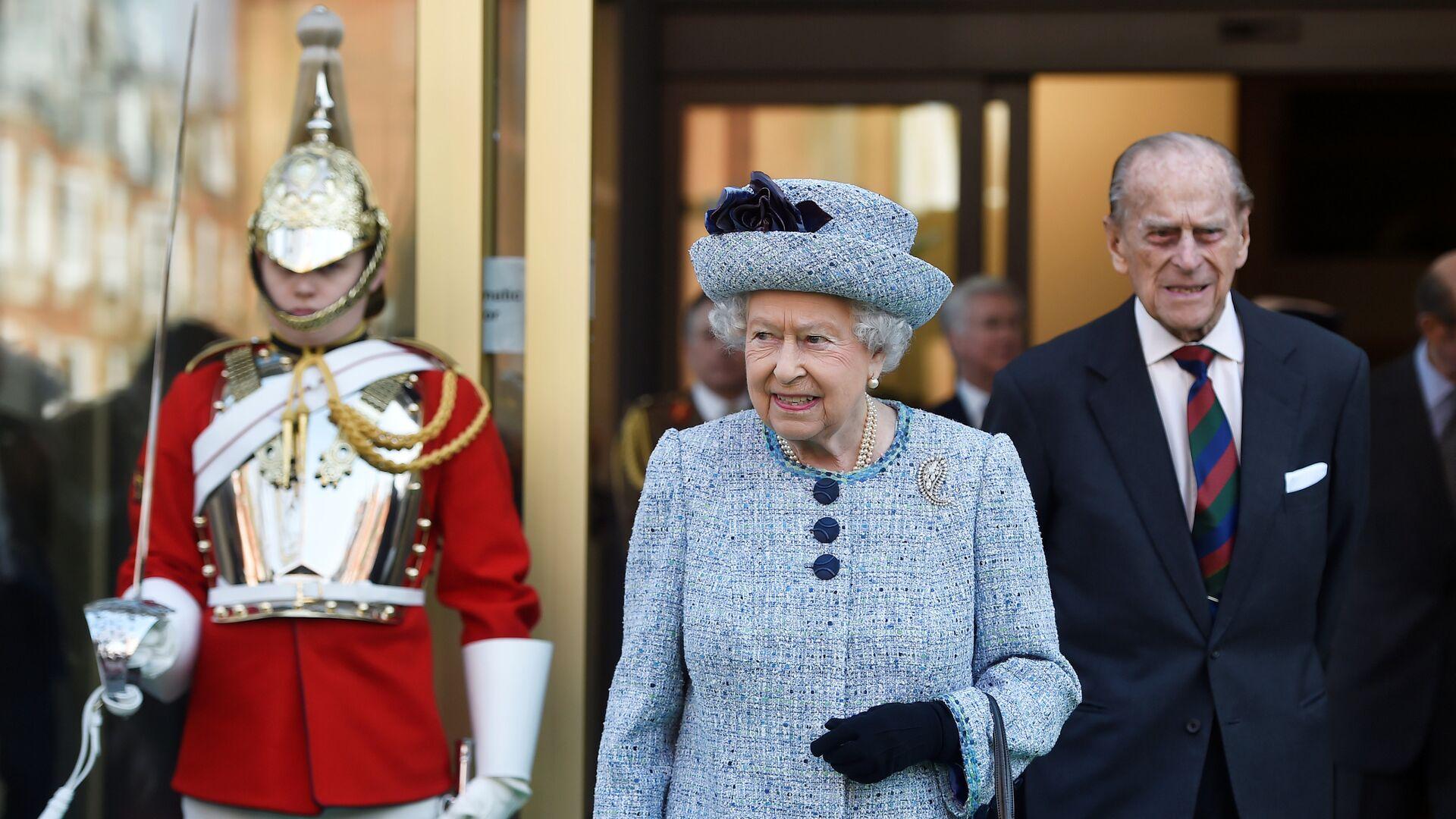Britain's Queen Elizabeth II and Prince Philip, the Duke of Edinburgh leave the National Army Museum in London, Britain March 16, 2017. REUTERS/Hannah McKay - Sputnik Mundo, 1920, 09.04.2021