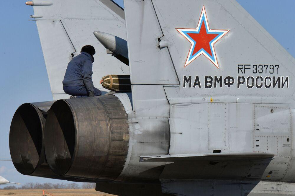 Un MiG-31 se prepara para despegar durante los ejercicios aéreos tácticos conjuntos en la región de Primorie.