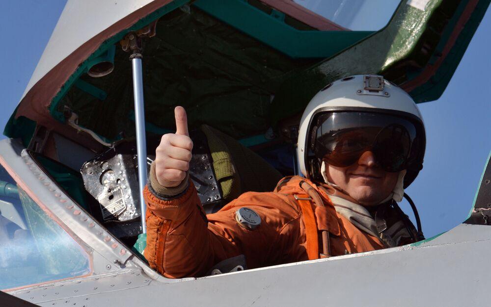Un piloto en la cabina de un caza interceptor hipersónico MiG-31.