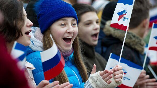Crimeos celebran el tercer aniversario de la reunificación de Crimea con Rusia - Sputnik Mundo