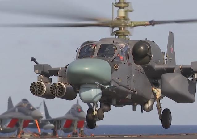 El helicóptero Ka-52K Katrán del grupo aéreo del portaviones ruso Almirante Kuznetsov