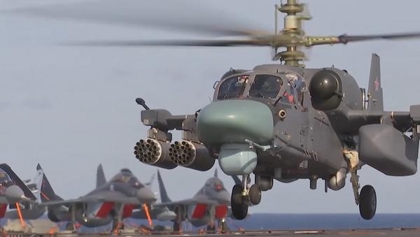 El helicóptero Ka-52K Katrán del grupo aéreo del portaviones ruso Almirante Kuznetsov - Sputnik Mundo