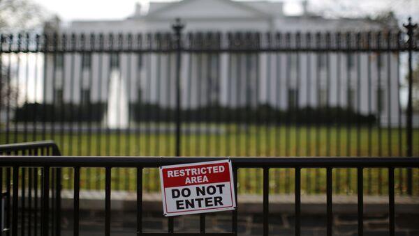 Una señal de zona restringida fuera de la Casa Blanca en Washington - Sputnik Mundo