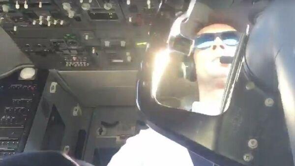 Todo bajo control: un piloto lucha contra el viento para aterrizar su aeronave - Sputnik Mundo