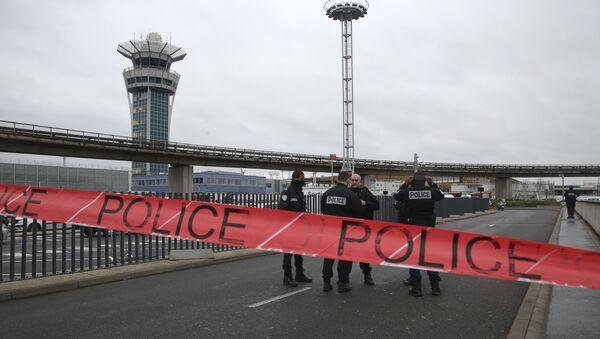 Policía en el aeropuerto Orly, París - Sputnik Mundo