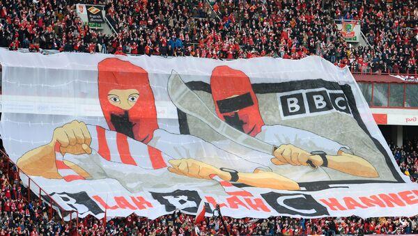 Hinchas del Spartak de Moscú despliegan una pancarta con un mensaje para la BBC - Sputnik Mundo