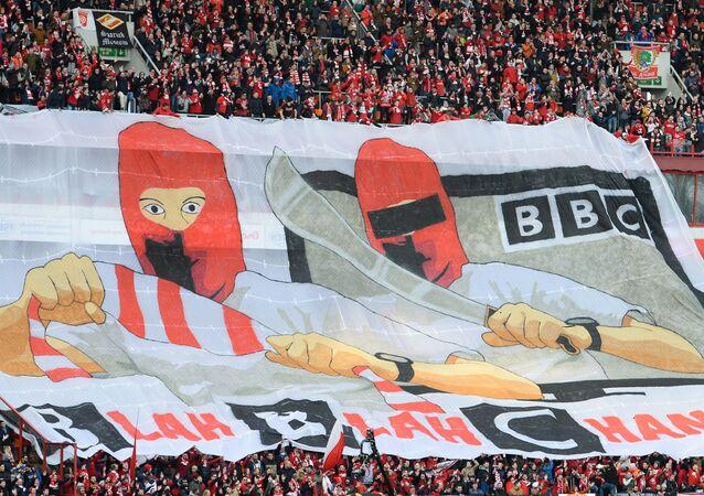 Hinchas del Spartak de Moscú despliegan una pancarta con un mensaje para la BBC