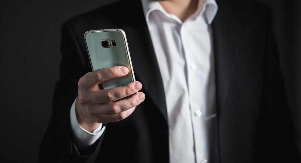 Un hombre con su smartphone
