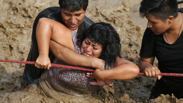 Una mujer es rescatada durante las lluvias que azotaron Huachipa, Perú (archivo) - Sputnik Mundo