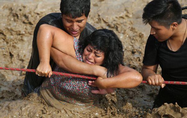 Una mujer es rescatada durante las lluvias que azotaron Huachipa, Perú - Sputnik Mundo