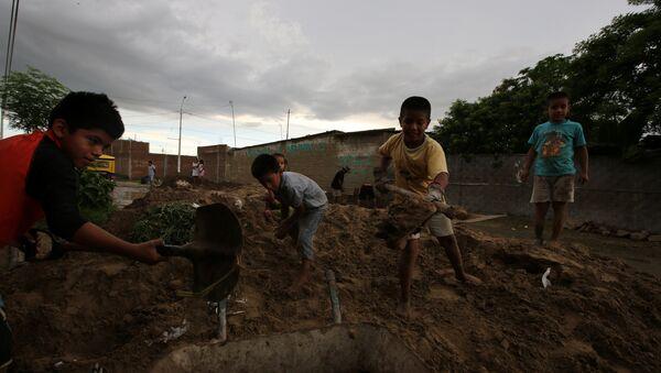 Niños con palas y carretilla trabajando - Sputnik Mundo