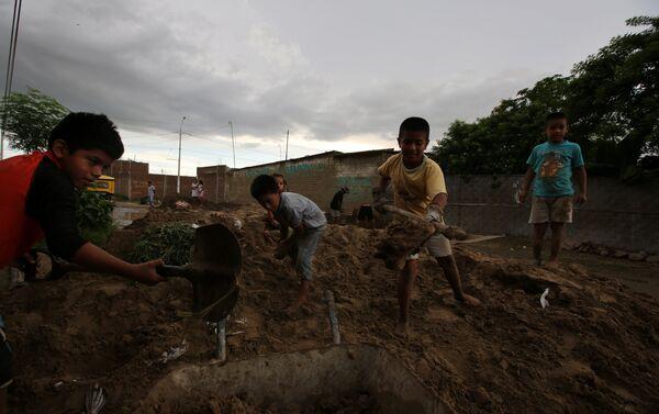 Niños ayudan a limpiar las calles en Piura - Sputnik Mundo