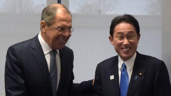 Ministro de Asuntos Exteriores de Rusia, Serguéi Lavrov, y ministro de Exteriores de Japón, Fumio Kishida (archivo) - Sputnik Mundo