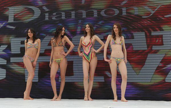El impresionante desfile de ropa interior en el Líbano durante el 'show' Ski and Fashion 2017 - Sputnik Mundo