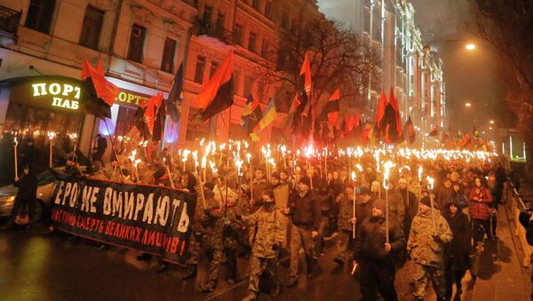 Ukrainian nationalists carry torches and a banner reading 'Heroes do not die' during a rally in downtown Kiev, Ukraine, late Thursday, Jan. 1, 2015 - Sputnik Mundo