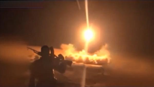 Supuesto lanzamiento por los hutíes del misil balístico Burkan-1 a la base aérea saudí Rey Fahd el 10 de octubre de 2016 - Sputnik Mundo
