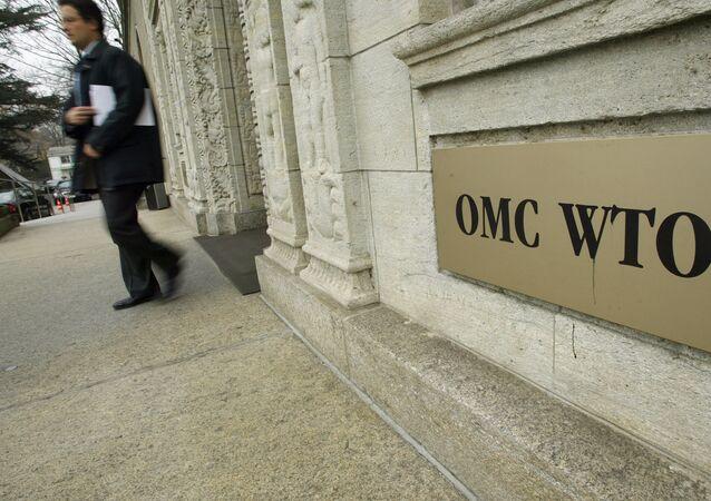 Una persona sale de la sede de la Organización Mundial del Comercio (OMC) en Ginebra (archivo)