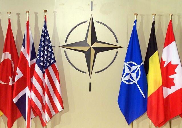 Banderas nacionales en la sede de la OTAN