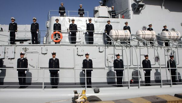 Oficiales chinos de la 24a marina china son vistos a bordo de un destructor de Harbin - Sputnik Mundo
