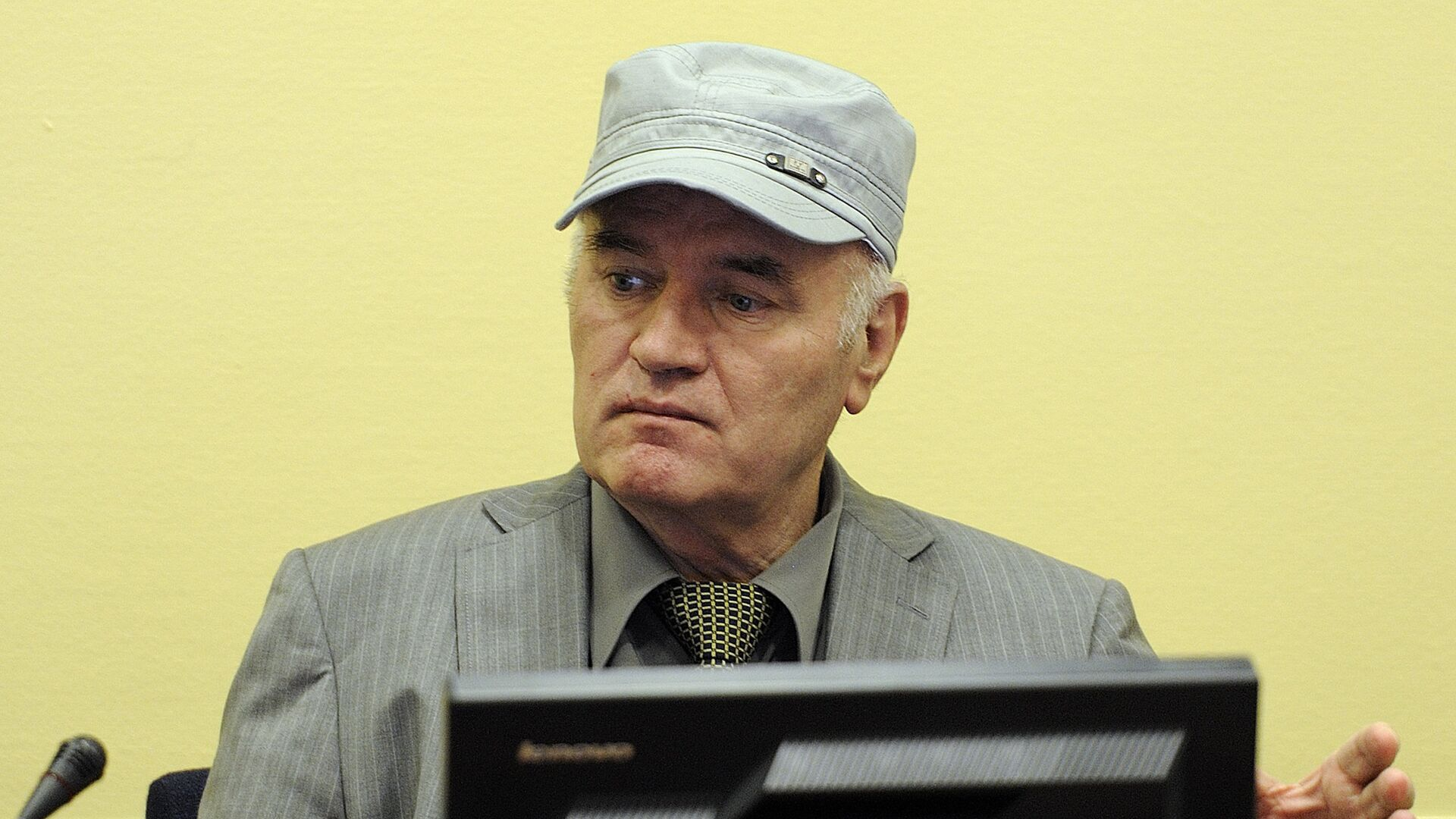 Wartime Bosnian Serb army chief Ratko Mladic sits in the court during his initial appearance at UN war crimes tribunal in The Hague - Sputnik Mundo, 1920, 08.06.2021