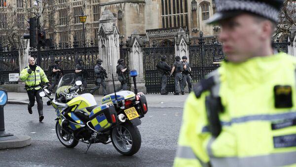 Policías en Londres tras el tiroteo en el puente de Westminster - Sputnik Mundo