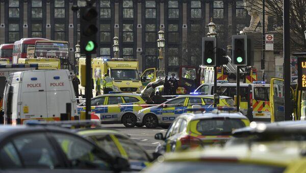 Emergency services respond after an incident on Westminster Bridge in London, Britain - Sputnik Mundo