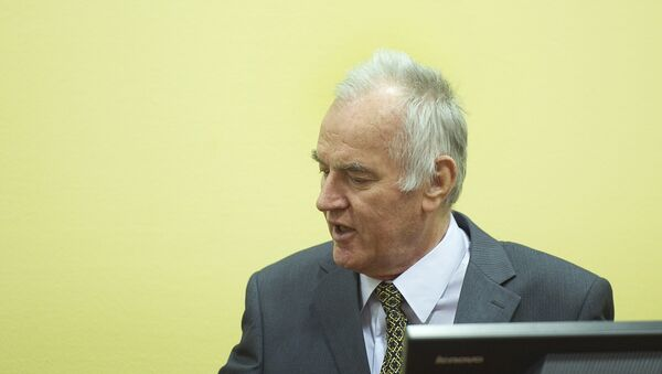 Former Bosnian Serb army chief Ratko Mladic (R) sits on May 16, 2012 at the International Criminal Tribunal for the former Yugoslavia (ICTY) in The Hague before the opening of his war crimes trial.  - Sputnik Mundo