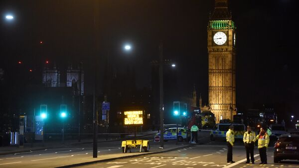 Police officers work at the scene after an attack on Westminster Bridge in London, Britain - Sputnik Mundo