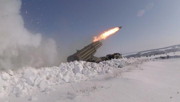 Los lanzacohetes múltiples Grad y Uragan se miden en los cielos de Rusia - Sputnik Mundo
