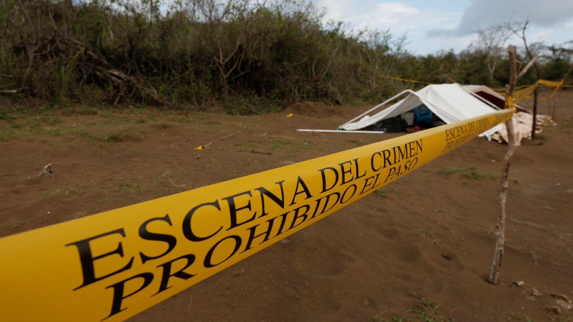 A police cordon marks the perimeter of the site where a forensic team and judicial authorities work in unmarked graves where skulls were found, on the outskirts of Veracruz - Sputnik Mundo, 1920, 23.07.2021