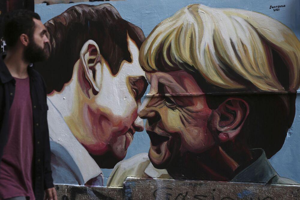 Grafiti con la imagen del primer ministro de Grecia, Alexis Tsipras y la canciller de Alemania, Angela Merkel, en Atenas