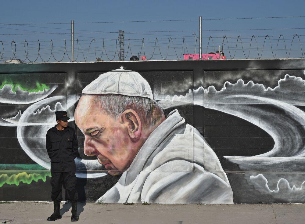 Grafiti con la imagen del papa en Ecatepec de Morelos, México