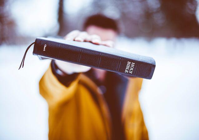 Un hombre con una Biblia