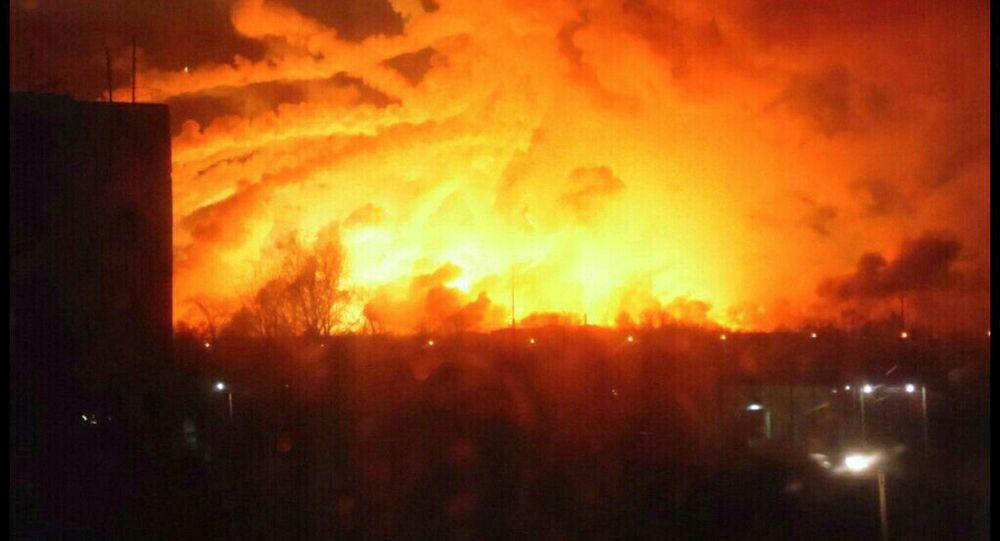 El área del incendio que se desató en un almacén del Ejército ucraniano ubicado en la provincia de Járkov
