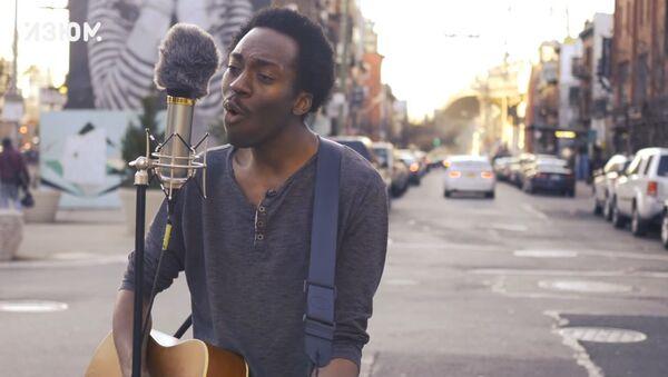 El cantante Chase Winters, en las calles de Nueva York - Sputnik Mundo