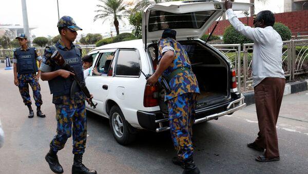 Policía de Bangladés cerca del Aeropuerto Internacional Hazrat Shahjalal de Daca (archivo) - Sputnik Mundo